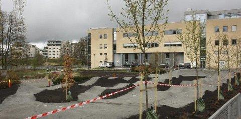 MÅ VIKE? Denne tomten bak Kolben er mest aktuell for ny svømmehall i Kolbotn sentrum. Generasjonsparken ligger der i dag.