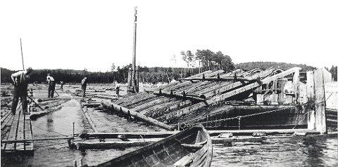 FLØTNINGSMINNER  Disse solide «doppene», bunter av påler, mellom Bisjord og Yttersø tjente som støtte for bommen, som skulle stenge for de kollossale tømmermassene, som kunne hope seg opp under fløtingen. Doppene var utstyrt med tak som beskyttelse mot råte.