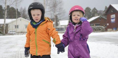 Tester Isen: Kaspar Severinson Sørby (5 år) og søster Miranda Severinson Sørby (3 år) var på Fylken onsdag. (Foto: Mari Nyberget)