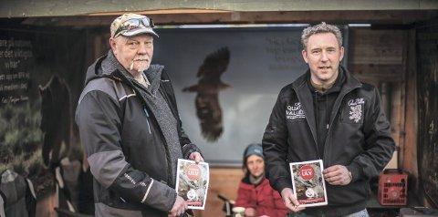 STÅR OPP FOR ROVDYRENE: Bjarne Løkken (t.v.) og Knut Haldorsen i BFR-standen.Foto: Victor Wendt Jonassen