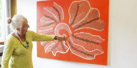Sand kombinert med maling: Skjoldvor fant et skjell på en strand på Bali og har produsert flere malerier med det som utgangspunkt. Her har hun brukt sand i maleriet.