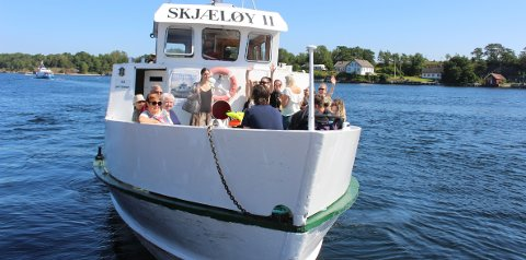 HELGEROAFERGENE: Passasjerbåten «Skjæløy II» er en populær rute mellom Langesund og Helgeroa og øyene i skjærgården imellom. Bildet er fra sommeren 2019 da det ikke var koronapandemi, og da passasjerene kunne sitte tett. Under pandemien er persontallet ombord halvert.