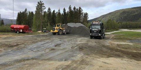 STOR JOBB: Stor maskiner har vært brukt for å klargjøre både ny parkering og gjøre motorbanen på Røssvoll klar til åpningshelga. Foto: NMK Rana