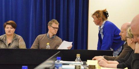 VAR MOT: Kjersti Røhnebæk, Sp, leverer sitt forslag til varaordfører Geir Roger Borgedal, Ap. Ordfører Anita Ihle Steen, Ap til venstre.