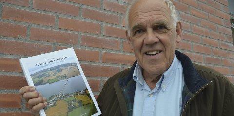Spennende historie: Ole Nashoug med boka, som gir et grundig og godt innblikk i den lokale geologien.Foto: Jeanette S. Håland
