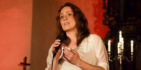Kristin Bjerkerud holdt førjulskonsert for en fullsatt Norderhov kirke.