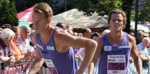 Her fikk Gard Gjerdalen pinnen av bror Njål Tage i et Ringeriksmaraton. I helgen løp han fort i Oslo.