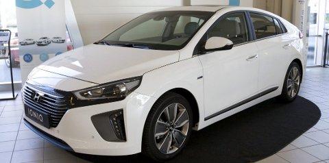 SPORTSLIG: Hyundai har valgt en annen vei designmessig enn mange av elbil-konkurrentene. Bilen har fått rene, men sportslige linjer som vil tiltale mange. Fronten kan på mange måter minne litt om Toyotas sports bil GT 86.                Alle Foto: Aleksander Hømanberg