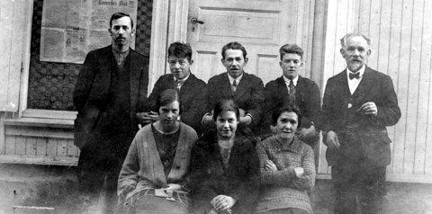 1927: Romerikes Blads medarbeidere, Einar Lund, Harald Lorentzen, Ellef Halvorsen, Reidar Sand og Martin Julius Halvorsen, Borghild Janstuen, Ester Janstuen og Karen Johansen.
