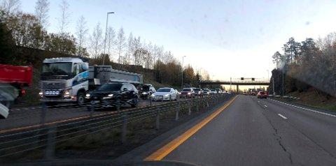 TETT TRAFIKK: Her står køen mot Oslo rett etter Rælingstunnelen. FOTO: TRYGVE JOAKIMSEN