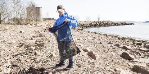 I arbeid: «Jørgen» fyller raskt nettet som han samler søppel i. – Denne stranda har vi ryddet flere ganger, men det dukker alltid opp noe nytt. En av verstingene er Q-tips, sier han. Fjorden Ren er et prosjekt som bidrar til at unge stønadsmottakere kommer i aktivitet