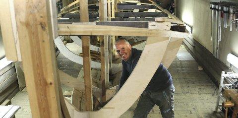 ET KLENODIUM: Steinar Ski bygger en 23 fots tresjekte som etter planen skal stå ferdig til neste sommer. – Det er helt uaktuelt å selge den når den er ferdig, sier han.