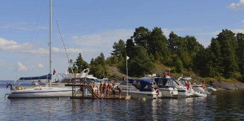 Sommerdrøm: Juli har gitt mange muligheter til båtliv og bading, som her i Sandebukta. Arkivfoto