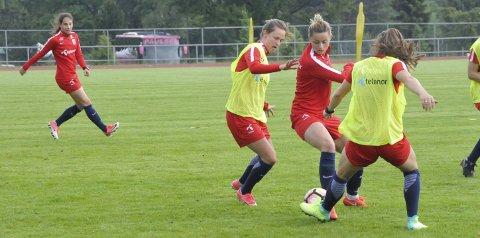 På Storstadion: Det norske landslaget har trent på Storstadion foran landskampen mot USA søndag. Her ser vi Nora Holstad Berge i rødt (til høyre). Alle foto: Sigurd Øie