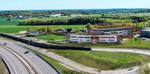 I STAMPE: Dersom nybygget bak det nåværende kontorsenteret fremmes på nytt, blir det innsigelser fra både fylkeskommunen, Fylkesmannen og vegvesenet (Illustrasjon: PV Arkitekter).