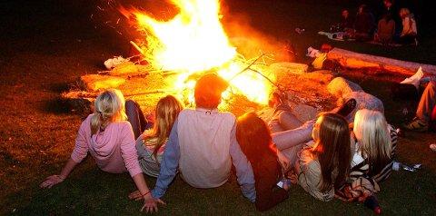 SOMMERFERIE: Ungdom samles ute når det er sommer. Ferien er for mange også det første møtet med alkohol og illegale rusmidler. Bildet er kun en illustrasjon, og ingen av personene på bildet er relatert til denne saken.