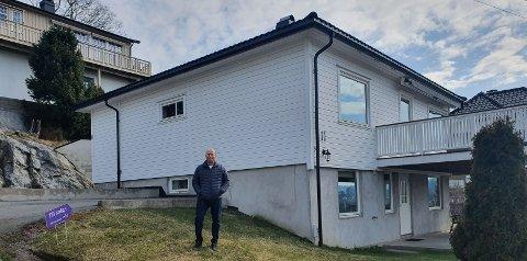 SELGER: Stein Hunskaar selger boligen sin i Kråkåsveien. At det er en utleiedel i underetasjen er et stort pluss.