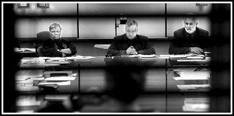 Budsjettmøte: Bildet er tatt 14. januar 1999. Da foregikk diskusjonen om økonomiplan og budsjett bak lukkede dører. Her ser vi dem som ledet møtene, fra venstre varaordfører Per Olaf Toftner, ordfører Jan O. Engsmyr og rådmann Einar Evensen.