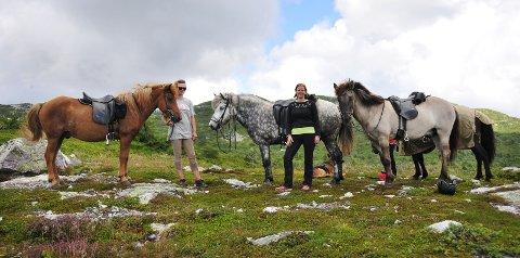 NYTER UTSIKTEN: Turlederne Tone Vildalen og Ragnhild Rekanes startet opp med turer i regi av Bø og Lifjell turridning i mai i år. FOTO: ANNE-LISE SURTEVJU