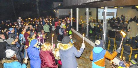 DEMONSTRERTE: Ny skole nå, var slagordet til de over 200 frammøtte. Inne skimter vi politikerne i kommunestyret.foto: bjørnar hagen vika