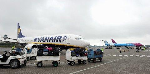 RYANAIR-FLY MED BUZZ-BESETNING: Dette kan være årsaken til at flyselskapene henter inn mannskap fra andre selskaper. Foto: Arkivfoto: Olaf Akselsen