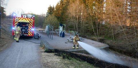Brannvesenet måtte fredag kveld rykke ut til Kjølnes Ring i Porsgrunn der det hadde tatt fyr i gresset ved et lekestativ. Foto: Theo Aasland Valen.
