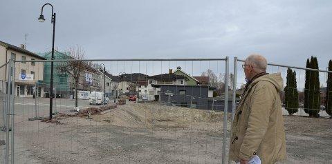 Positive ting: – Det skjer ting på Ringsevja, positive ting, meiner Gunnar Sanden i Holla historielag. Han oppmoder om å ta ein ekstra titt på den historiske gata i Ulefoss sentrum. FOTO: Roar hushagen
