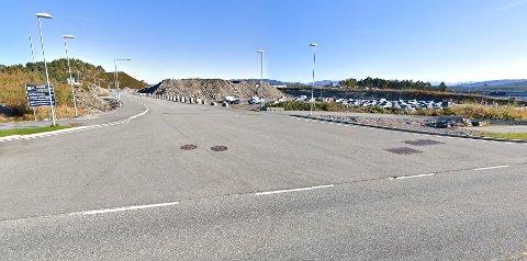 Veien hvor man kjører til langtidsparkeringen og nytt administrasjonsbygg på flyplassen i Kristiansund har ikke noe navn.