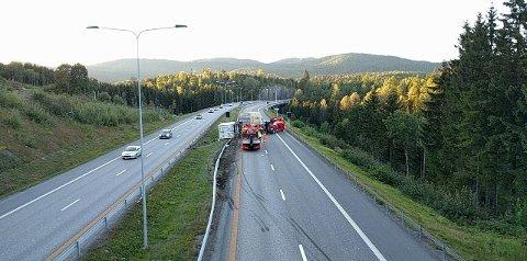 STORVELT: E18 i nordgående retning var totalt stengt i tre timer mandag, etter at deler av et vogntog veltet i Sande.
