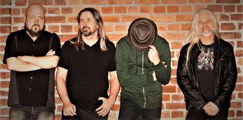 """POPULÆRE:  Fra venstre; Fra venstre: Kenneth Brastad (gitar), Raymond Smith (bass), Arild Fevang (vokal) og Robert William Helgevold (trommer) utgjør bandet Connect The Circle. Deres debutalbum """"This is madness"""" ble usedvanlig godt mottatt av musikkmagasinet Rockman sine lesere."""