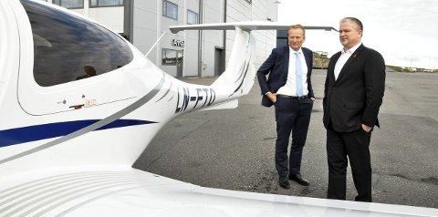 DEPARTEMENTSBESØK: Frode Granlund (t.v.), administrerende direktør ved Pilot Flight Academy, ga Tom Cato Karlsen i samferdselsdepartementet en omvisning i Hangarveien 13, der European Helicopter Center (EHC) og flyskolen deler lokaler.