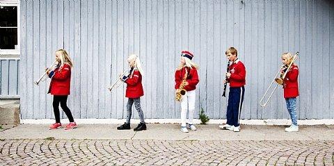 """Korps er kjempegøy, så bli med, sier """"korpsmamma"""" Elin Henriksen Billing, og inviterer til rekrutteringskonsert mandag 12. juni."""