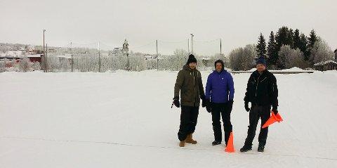 Her blir det plass: Tor Erik Stokke, Håvard Tennfjord, og Bjørn Kosberg i Røros IL Fotball forbereder parkeringplasser på Øra til Rørosmartnan.