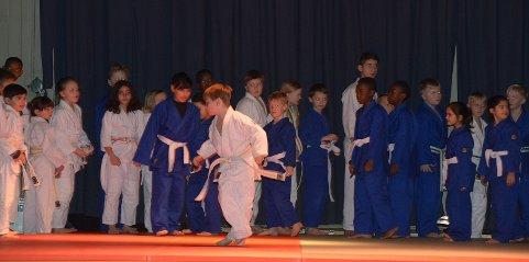 Judogruppa på scena til musikk fra Dovregubbens hall.