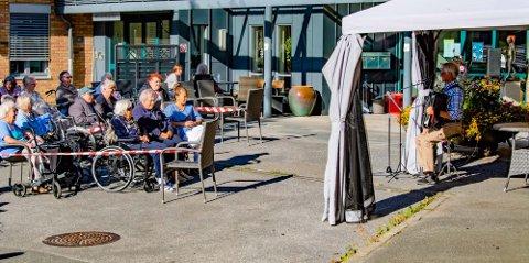 """POPULÆRT: Leif Magne Sandåker har vært mange ganger og underholdt på Moer sykehjem, og publikum vet å fylle """"konsertlokalet""""."""