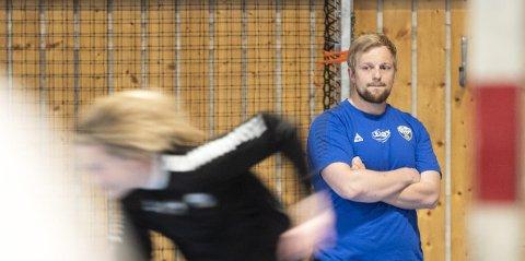 Fredrik Ruud og Fyllingens eliteserielag venter med å starte treningen på bane, slik at barn og unge i klubben får førsteprioritet.