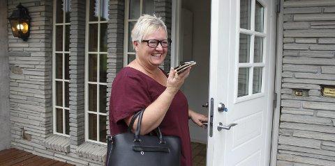 STRÅLENDE FORNØYD SELGER: Anne Marie Trulsrud i samtale med Willy Skjønsberg Grette på telefon. Boligen ble solgt til takst dagen etter visning.