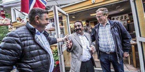 Fikk beklagelse: Flora-eier Zafar Iqbal Raja fikk en beklagelse fra Svein Erik Thorvaldsen (til venstre) og Hans Ek i høst etter Flora-saken. Nå har han signert en avtale med kommunen om å drifte toalettene i Kirkeparken.
