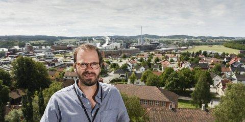 Viktig område: Byen ved Sarpsfossen lå viktig til på 1000-tallet. Trond Svandal i det nye 1000-årstårnet med Borregaard bak. Bedriften som bygget det moderne Sarpsborg.