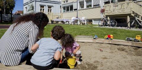 Trygge og glade:  «Elisabeth» og hennes barn har ikke bare fått hjelp på Barnas stasjon, de har bygget et eget, viktig nettverk i Fredrikstad. – Barna har en glad og trygg mor nå, forteller hun.