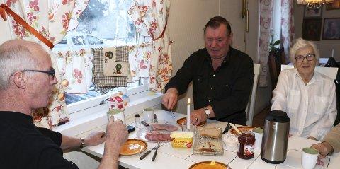 1: Arne Turmo (59) og Terje Turmo (63) er nærmeste en del av inventaret på kjøkkenet hos mor Magnhild Turmo (91). Her spiser de formiddagsmat hver eneste dag. Vertinnen nøyer seg med ei brødskive om morgenen. 2. Magnhild Turmo fikk Rågjerdprisen i 1982, signert 8. mars-komiteen. «Hun hedres for sin innsats overfor eldre mennesker i Vefsn de siste 20 år. Hun står for en omsorgsholdning som vi verdsetter høyt. Hun gir støtte og hjelp på folks egne premisser» heter det i begrunnelsen. 3. – Tar du av bordet? spør gutta før de drar. Det gjør hun. 4. Barnebarnet Maren Turmo (18) trives i selskap med «ho mor». 5. Hvor blir de av? 6. På med arbeidsjakken igjen. Pliktene kaller for lillebror Arne. Storebror og sjef Terje er allerede på tur ut døra.