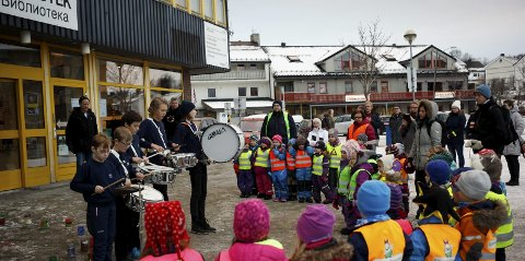 ÅPNING: Sør-Varanger bibliotek inviet sin nye barneavdeling, og festivalprogrammet har flusst av innhold for barn og ungdom. Kirkenes skolemusikkorps sto for rytmene.