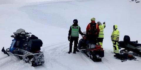 PÅ ÅSTEDET: Politiet og hjelpemannskaper på stedet hvor det ble løst ut skred.