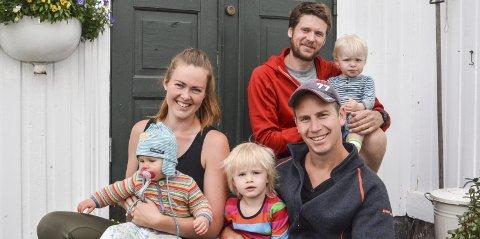 Marie Ballestad Sørensen med Aurora på fanget, Hedda Ballestad Sørensen og Tom-Ronnie Ballestad Sørensen nyter livet på Gumøy. Bak Erling Ballestad med sønnen Olav.