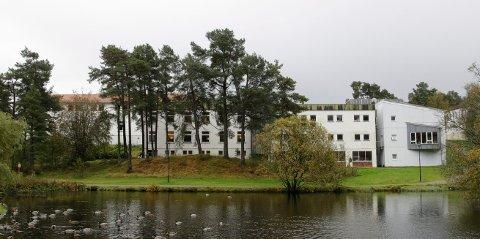 FLERE SMITTET: Stord vidaregåande skule planlegger for vanlig undervisning denne uken. - Vi har ingen tegn på ukontrollert smitte i skolemiljø eller andre steder i kommunen, sier kommunelege Lars Helge Sørheim.
