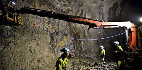Moderne gruvearbeidere: Det er stor forskjell på arbeidet inne i fjelle i 2017, i forhold til 1800-tallet.