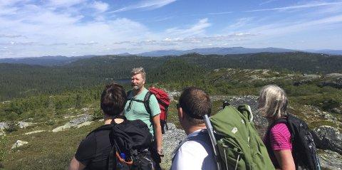 TRILLEMARKA-SENTER: Nå kan det bli et eget Trillemarka-senter i Sigdal. Her er foredragsholder Trond Strømdahl, fra da han tidligere i sommer arrangerte tur i Trillemarka i forbindelse med Matfestivalen i Numedal.