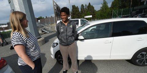 GOD STØTTE: Mamma Marianne (t.v.) og datteren Emma Rønning er klar for en ny biltur hjem til Kongsberg etter kamp på Hønefoss. Nå topper Emma og HBK 1. divisjonstabellen. ALLE FOTO: OLE JOHN HOSTVEDT