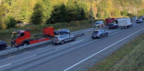 Bilberger fjerner den ene av bilene som var innvolvert i en påkjørsel i Skulleruddumpa i morgentimene onsdag