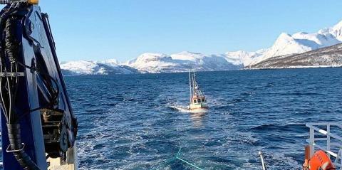 REDDET: Her slepes sjarken i Maursundet etter at hurtigbåten «Kvænangen» kom til unnsetning.
